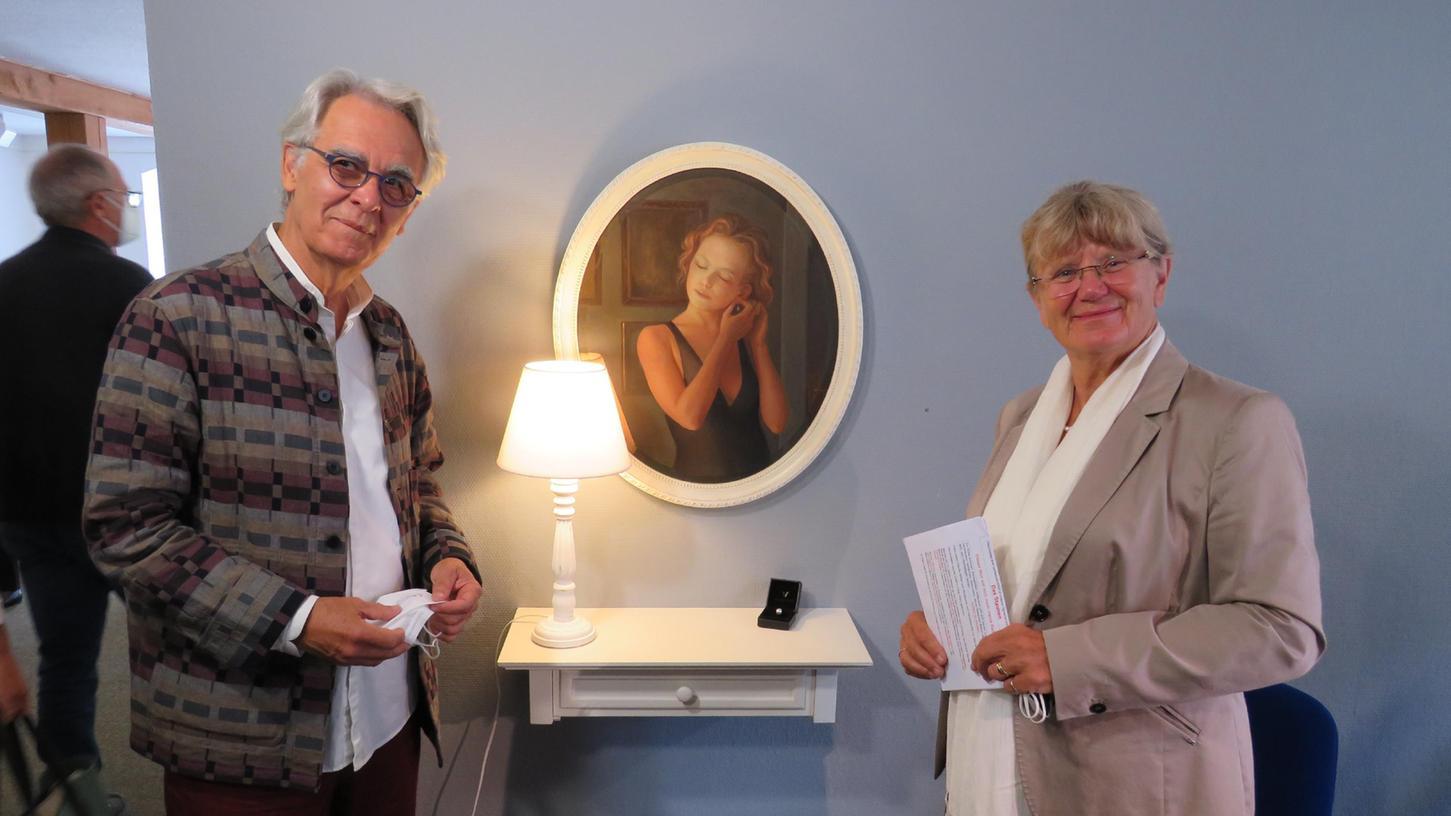 Fernando de la Jara kam selbst zur Ausstellungseröffnung nach Pappenheim. Hier  steht er zusammen mit Kulturreferentin Christa Seuberthan der Installation