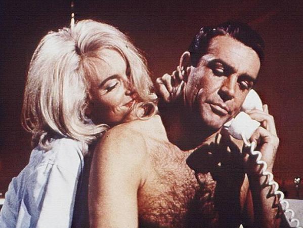 James Bond und die Frauen: Gerade in den älteren Filmen ist es manchmal gruselig, wie 007 das andere Geschlecht behandelt. Hier - mit Shirley Eaton in