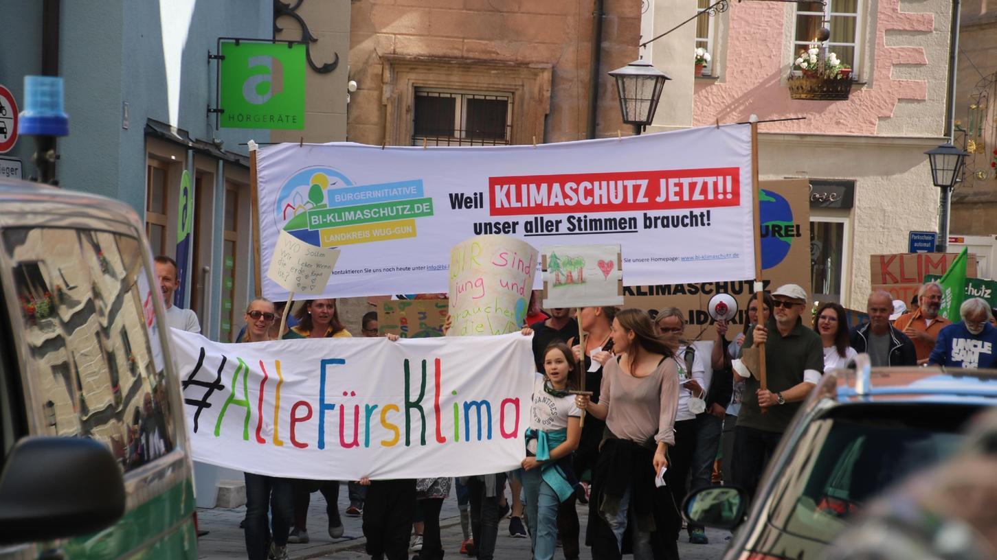 #Alle fürs Klima: Rund 200 Menschen machten sich am Freitag für intensivere  Bemühungen um den Klimaschutz stark. Mit einer Kundgebung auf dem Marktplatz  und einem Zug durch die Innenstadt forderten sie nicht nur die Politik zum  Handeln auf.  Klimastreik Weißenburg.