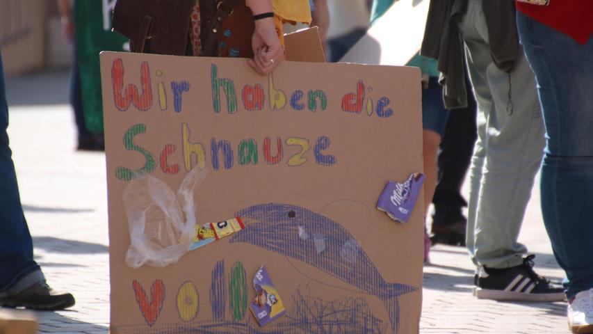 Viele Kinder steuerten bunte Plakate zu der Kundgebung bei, um auf die  Dringlichkeit der Situation aufmerksam zu machen. Jugendliche und junge  Erwachsene hingegen waren vergleichsweise wenig auf der Kundgebung vertreten.