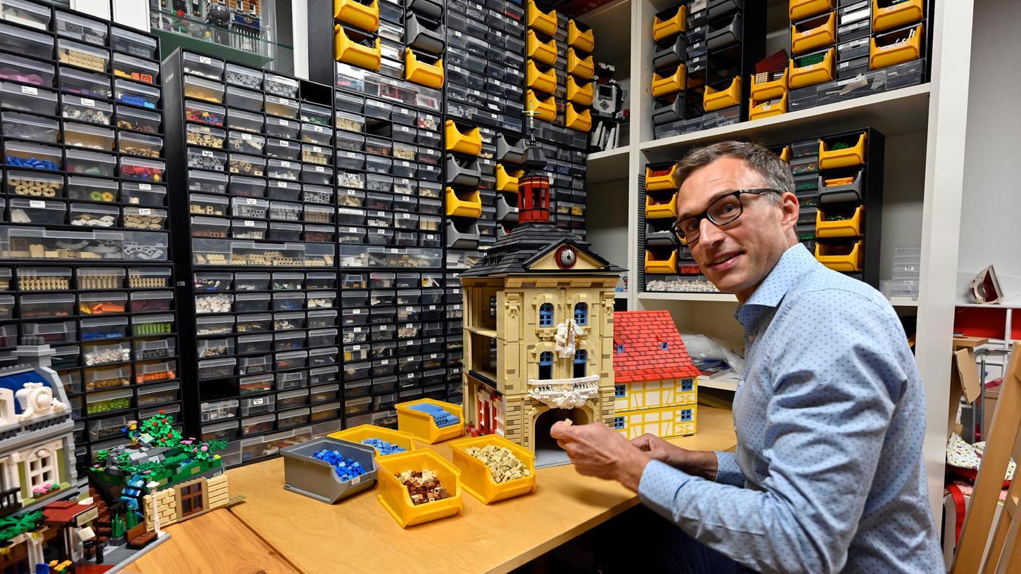 Dominik Beuer in seiner Lego-Bastelstube.