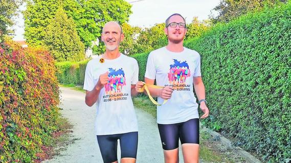 Ein Blinder läuft mit Begleiter Marathon