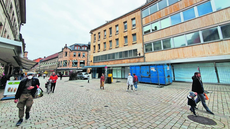 In diesem Bereich der Fußgängerzone sollen die Wasserspiele sprudeln. Im Erdgeschoss des angrenzenden Komplexes wird bereits für ein neues Eiscafé umgebaut.