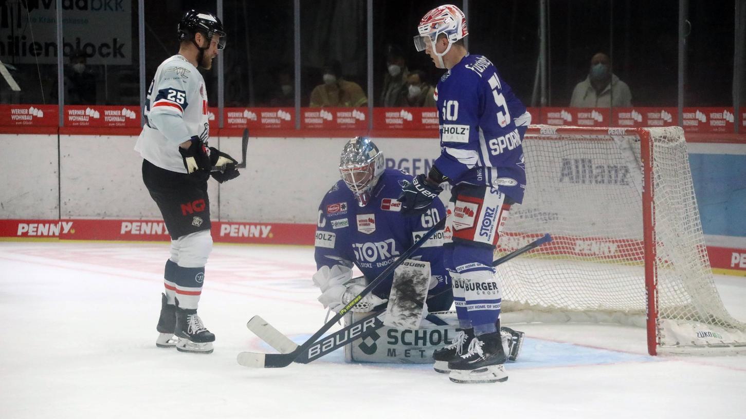 Offensichtlich ein Foto aus dem starken ersten Drittel: Daniel Schmölz und die Ice Tigers belagerten Joacim Eriksson im Schwenninger Tor, trafen aber nur einmal.