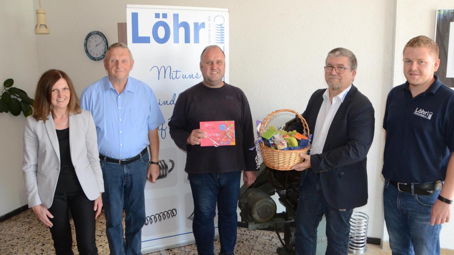 Ehrung für Andreas Materna (Mitte): Der Schwerbehinderte ist seit 25 Jahren bei der Firma Löhr angestellt. Zu diesem Betriebsjubiläum gratulierten (von links) Elke Rothenbucher und Gerhard Engelhardt von der Lebenshilfe sowie Firmenchef Joachim Löhr und dessen Sohn Max Löhr.