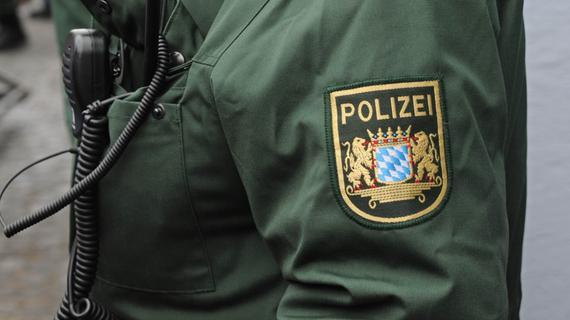 Unfallflucht bei Effeltrich: Außenspiegel knallt Autofahrer gegen den Kopf