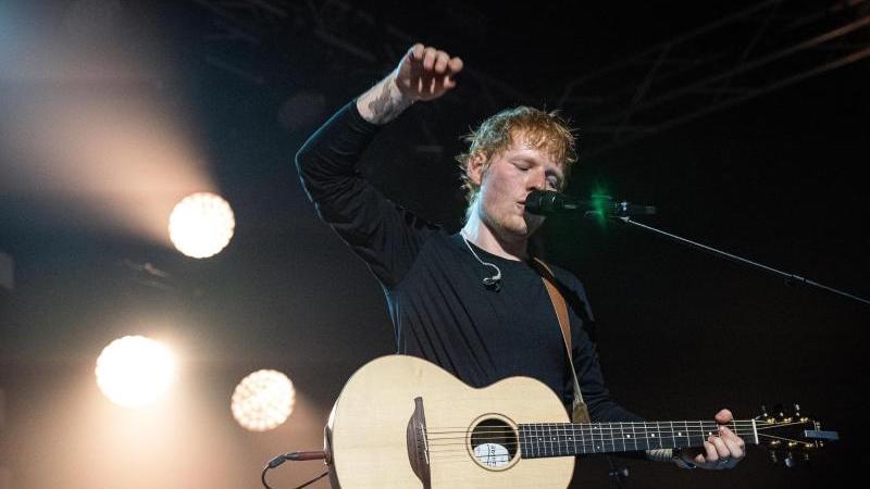 Der britische Sänger Ed Sheeran forderte am Donnerstag seine Fans auf, die neue Single