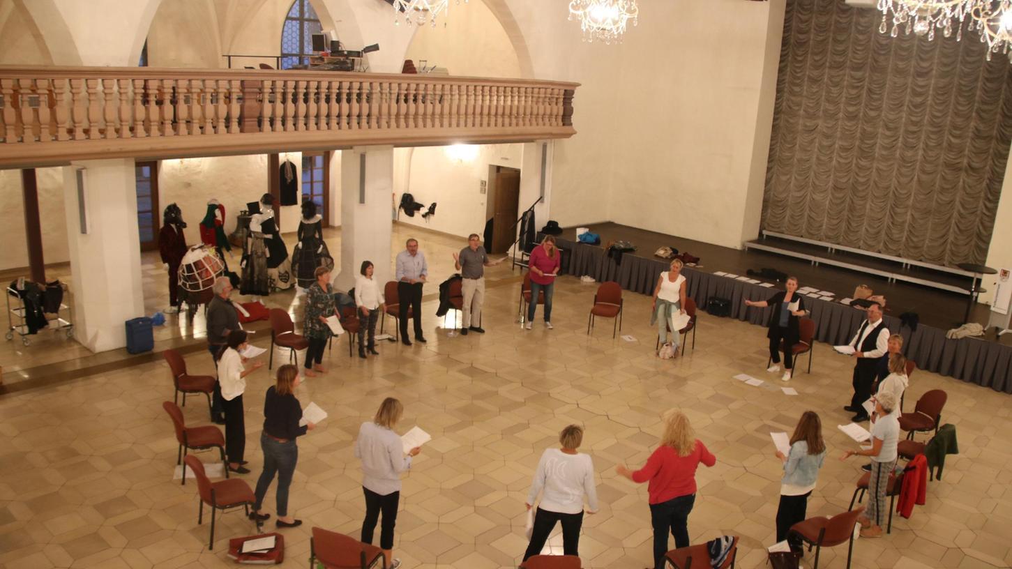 Der neue Weißenburger Bürgerchor feiert Premiere: Am 2. und 3. Oktoberspielt und spricht das neue Ensemble in einer Performance Texte zur Bedeutung des Theaters. Die kurze Aufführung ist insgesamt viermal zu sehen.
