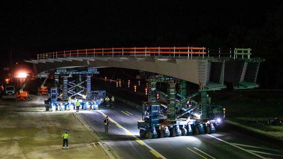 Spektakulärer Einsatz: Spezialtransporter ziehen zwei neue Brücken auf die A3