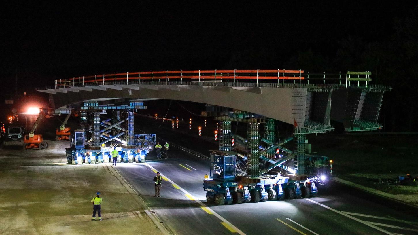 Eine besondere organisatorische Herausforderung hatte sich die ARGE A3, zuständig für den Ausbau der Autobahn bei Erlangen, für das Wochenende vorgenommen. Um die Beeinträchtigungen für den Verkehr zu reduzieren, wurden zeitgleich zwei vorgefertigte Brücken eingesetzt und außerdem eine alte Brücke abgebrochen.