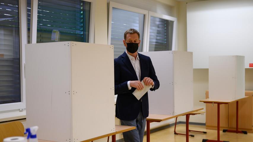 Sachsens Ministerpräsident Michael Kretschmer (CDU) bei der Stimmabgabe zur Bundestagswahl im Wahllokalin Dresden.