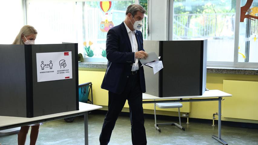 Der bayerische Ministerpräsident Markus Söder (CSU) gibt mit seiner Frau Karin in der Nürnberger Theodor Billroth Schule seine Stimme zur Bundestagswahl 2021 ab.
