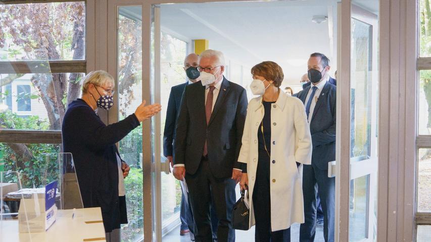 Bundespräsident Frank-Walter Steinmeier und Elke Büdenbender machten in der Erich-Kästner-Grundschule in Berlin-Dahlem ihr Kreuz zur Bundestagswahl 2021.