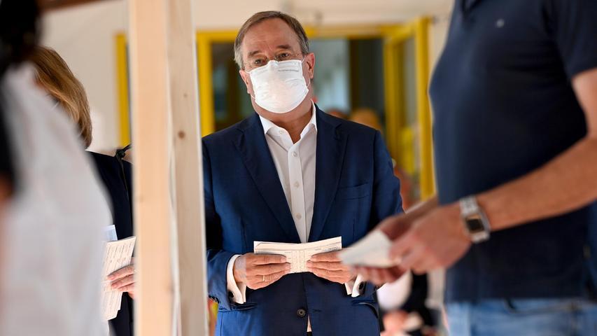 Armin Laschet, Bundesvorsitzender der CDU, Spitzenkandidat seiner Partei und Ministerpräsident von Nordrhein-Westfalen, bei der Stimmabgabe zur Bundestagswahl in Aachen.