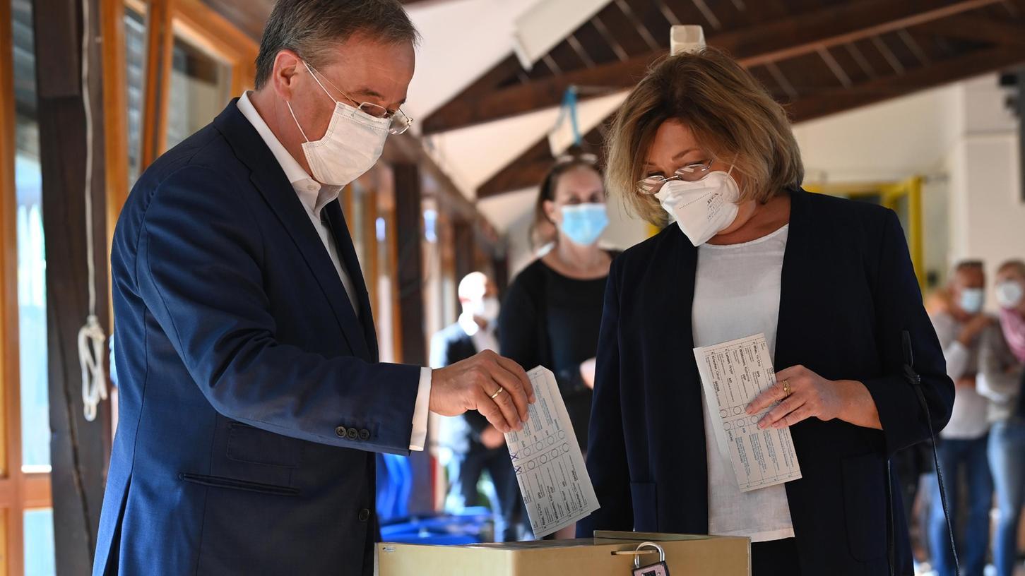 Armin Laschet, Bundesvorsitzender der CDU, Spitzenkandidat seiner Partei und Ministerpräsident von Nordrhein-Westfalen und seine Frau Susanne bei der Stimmabgabe zur Bundestagswahl.
