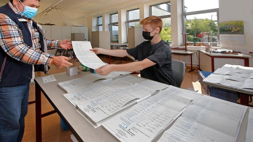 Wählen mit Musik: Die Stimmabgabe im Wahllokal Wolfstein wird begleitet von der Probe der Werkvolk-Kapelle.