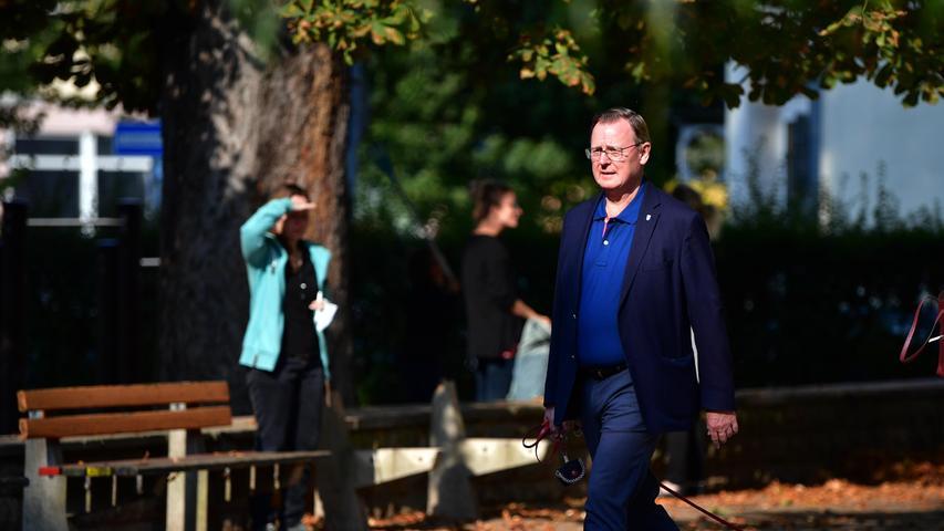 Bodo Ramelow (Die Linke), Ministerpräsident von Thüringen, kommt mit Hund Attila zur Stimmabgabe für die Bundestagswahl in die Moritzschule, Ramelows Wahllokal