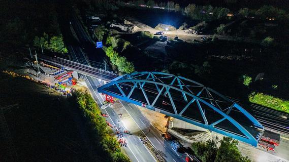 Spektakuläre Bilder! Hier schiebt die Deutsche Bahn eine Brücke über die A73