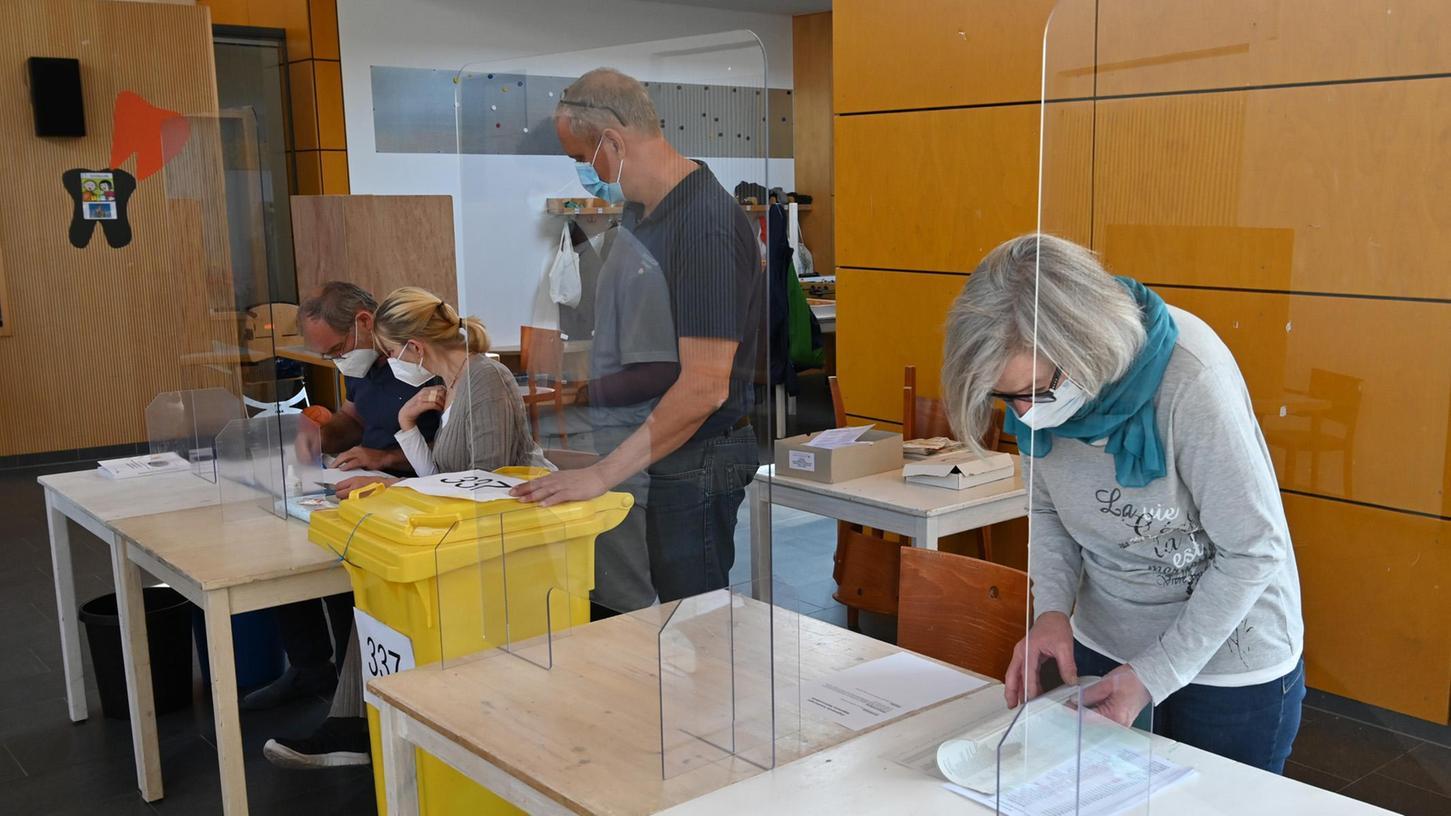 Wahlhelferinnen und Wahlhelfer organisieren die Abstimmung im Wahllokal 337 in der Schenkstraße 113 in Erlangen.