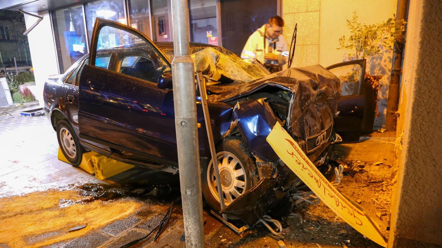 FOTO: 26.9.2021; vifogra MOTIV: Tödlicher Unfall Treuchtlingen; zwei Ungarn rasen mit geklautem Audi  gegen eine Hauswand.
