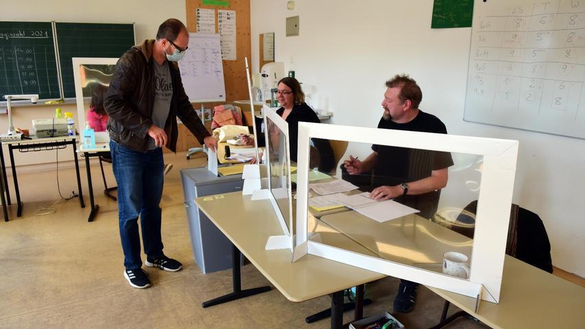 FOTO: Hans-Joachim Winckler DATUM: 26.9.2021 MOTIV: Bundestagswahl 2021 Bescuh in Fürther Wahllokalen - Kiderlinschule