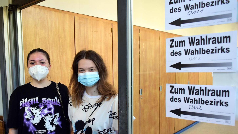 Jessica Binder (li.) und Larissa Fritzmann durften zum ersten Mal an die Urne gehen.