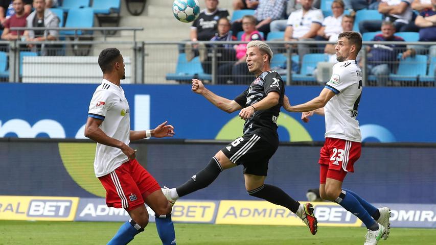 26.09.2021 --- Fussball --- Saison 2021 2022 --- 2. Fussball - Bundesliga --- 08. Spieltag: Hamburger SV HSV - 1. FC Nürnberg FCN ( Club ) --- Foto: Sportfoto Zink/DaMa --- DFL regulations prohibit any use of photographs as image sequences and/or quasi-video - only for editorial use ---   Lino Tempelmann (6, 1. FC Nürnberg / FCN ) im Kopfballduell mit Jonas Meffert (23, Hamburger SV HSV )