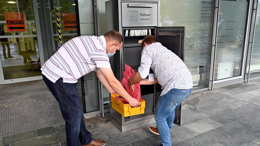 Bis 18 Uhr hatten die Wahllokale geöffnet. Die Boxen, in denen darüber hinaus Briefwahlunterlagen eingeworfen werden konnten, wurden regelmäßig geleert.