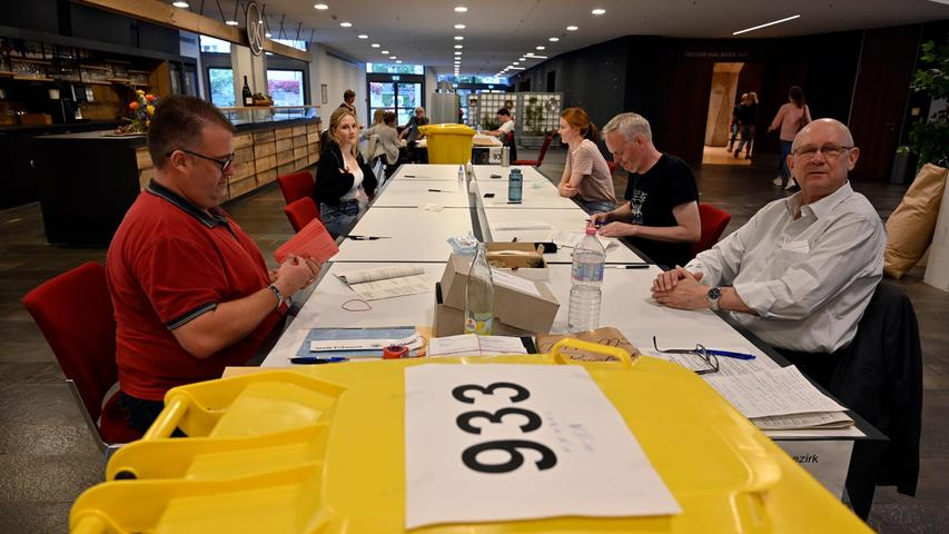 Wenn alles korrekt ist, werden dann die roten Umschläge mit dem Stimmzettel in die Wahlurne gegeben - und natürlich erst nach 18 Uhr aufgemacht.