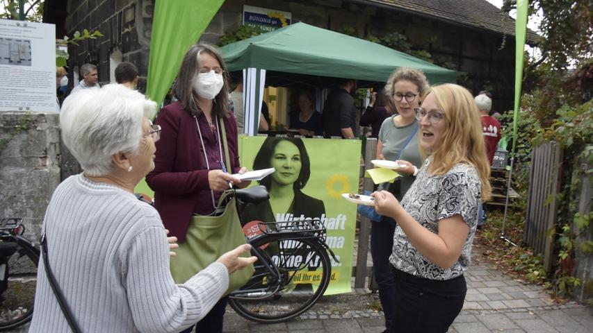 Die grüne Direktkandidatin Tina Prietz (r.) im Gespräch mit der Presse und einer Bürgerin.