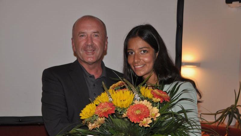 Freie-Wähler-Kreisvorsitzender Günter Müller gratuliert der Bundestagskandidatin Daisy Miranda zu hervorragenden Resultaten.