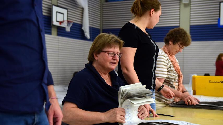 FOTO: Hans-Joachim Winckler DATUM: 26.9.2021 MOTIV: Bundestagswahl Auszähluing der Briefwahlstimmzettel in er Turnhalle des Hardenberggymnasiums