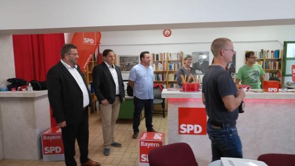 Im Bürgerbüro der Neumarkter SPD zeigen sich die Genossen zufrieden mit der Wahlprognose der ARD. Etwas überrascht sind sie, dass die CSU in Bayernnoch so weit aufgekommen ist. Johannes Foitzik, Direktkandidat im Wahlkreis Amberg: