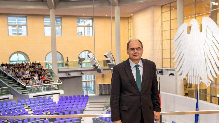 Tobias Winklers Vorgänger als CSU-Direktkandidat für den Wahlkreis Fürth, Christian Schmidt, hat die Wahlparty in Roßtal besucht und sich zuversichtlich gegeben, was den Einzug seines Nachfolgers in den Bundestag angeht:Er gehe davon aus, dass man sich morgen in Berlin sehe.Aktuell liegt Winkler bei 30,3 Prozent.