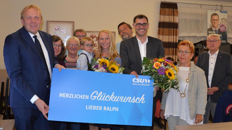 Glückwünsche an Wahlkreis-Sieger und Familie: CSU-Kreisvorsitzender Volker Bauer (links) mit demdem Neu-Bundestagsabgeordneten Ralph Edelhäußer sowie Ehefrau Kerstin (mit Blumen) und Sohn Felix.