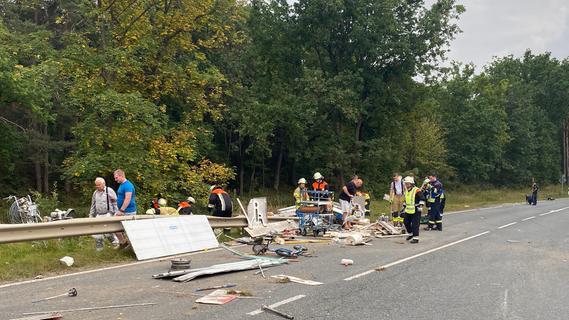 Frontalzusammenstoß bei Neumarkt: Trümmerfeld auf Straße - zwei Verletzte