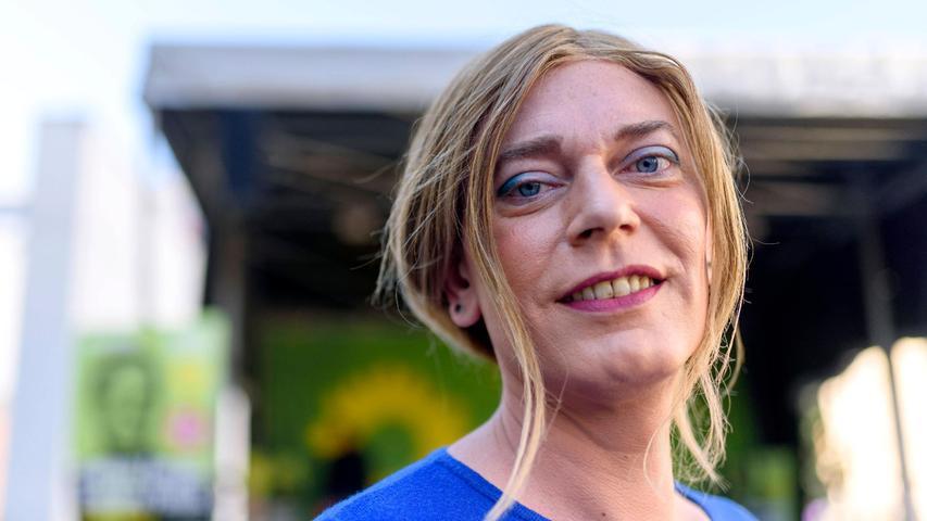 Die Landtagsabgeordnete der Grünen, Tessa Ganserer, zieht über Listenplatz 13 in den Bundestag ein. Sie ist die erste transidentitäre Politikerin in Berlin und stand im Wahlkreis Nürnberg-Nord als Direktkandidatin zur Wahl. Das Direktmandat ging jedoch an Sebastian Brehm.