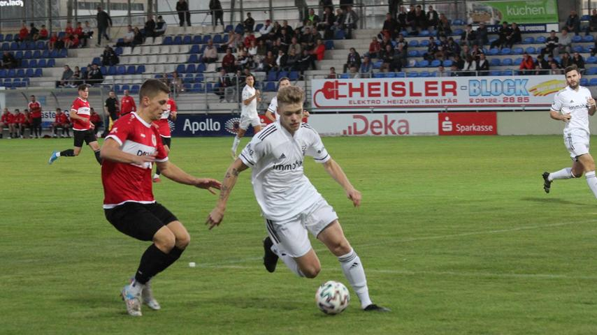 Der SC 04 Schwabach und der TSV 1860 Weißenburg lieferten sich ein temporeiches und packendes Jura-Derby in der Landesliga Nordost und teilten am Ende mit einem 1:1 die Punkte. Links im Bild Weißenburgs Torschütze Robin Renner.