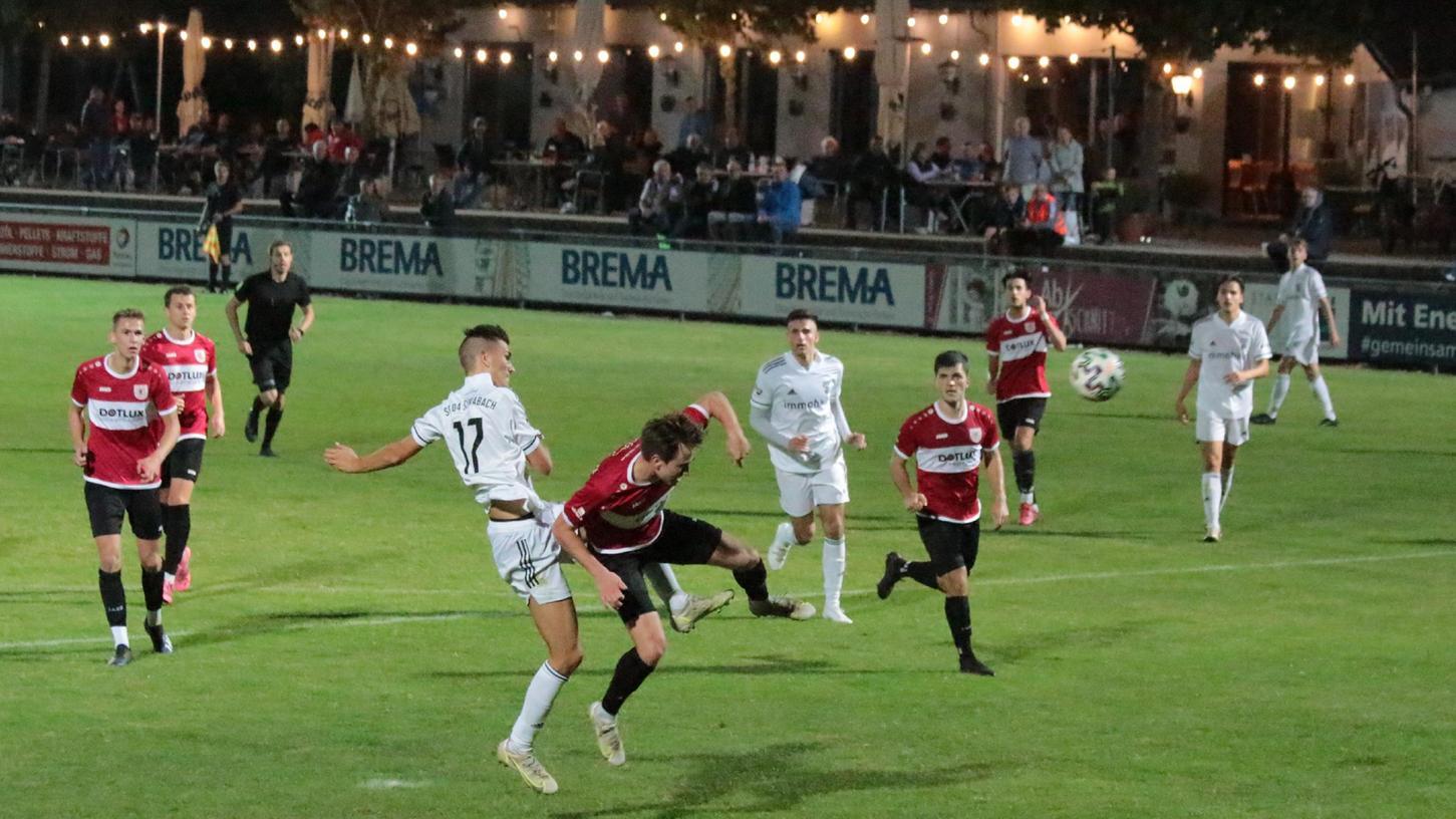 Strafraum-Getümmel: Der SC 04 Schwabach (in Weiß) und der TSV 1860 Weißenburg lieferten sich in der Fußball-Landesliga Nordost ein packendes und intensives Jura-Derby, das nach 96 Minuten mit einem 1:1-Unentschieden endete.