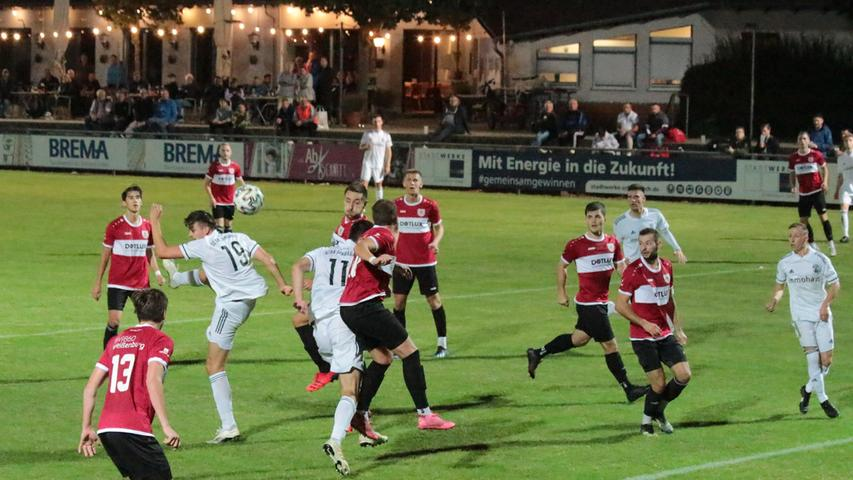 Der SC 04 Schwabach und der TSV 1860 Weißenburg lieferten sich ein temporeiches und packendes Jura-Derby in der Landesliga Nordost und teilten am Ende mit einem 1:1 die Punkte.