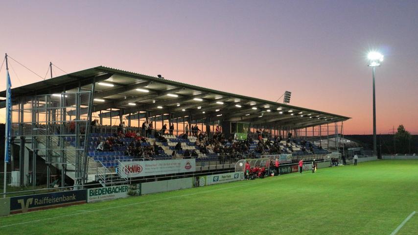 Herrliche Abendstimmungim Stadion des SC 04 Schwabach:Auch das schöne Wetter trug zu einem sehenswerten Fußballabend beim Jura-Derby bei.
