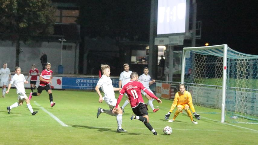 Der SC 04 Schwabach und der TSV 1860 Weißenburg lieferten sich ein temporeiches und packendes Jura-Derby in der Landesliga Nordost und teilten am Ende mit einem 1:1 die Punkte. Für Maik Wnendt (Nr. 11) war der Winkel in dieser Szene ein wenig zu spitz.
