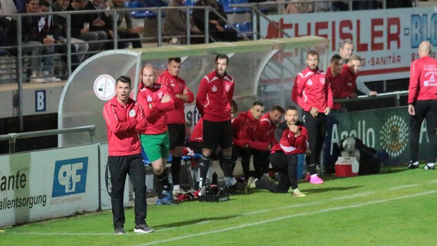 Ein Blick in Richtung Bank des TSV 1860 Weißenburg mit Trainer Markus Vierke (vorne links).