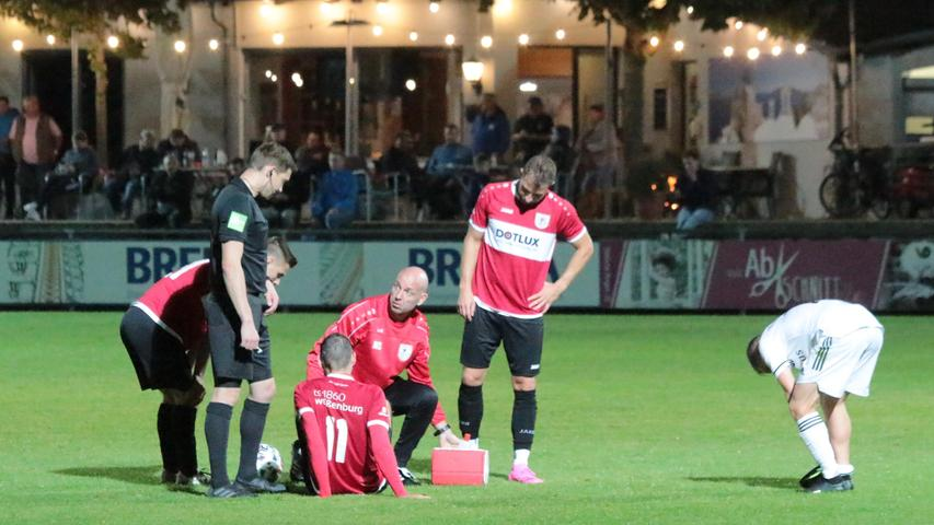 Verletzungs-Unterbrechung: Obwohl es in den Zweikämpfen ordentlich zur Sache ging, war es ein stets faires Duell zwischen Schwabach und Weißenburg