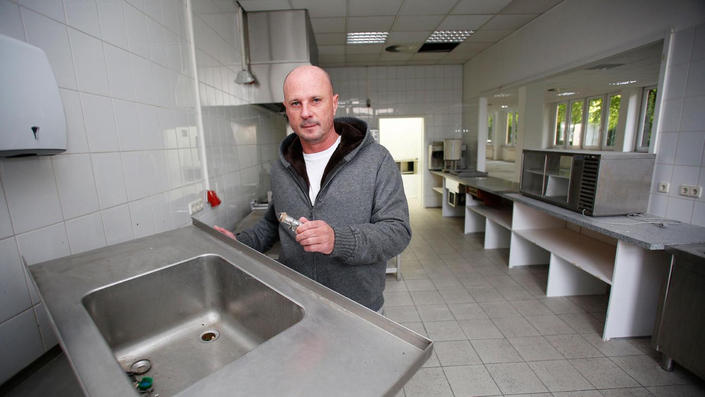 Eigentümer Johann Lederer steht in der Küche seiner Immobilie in der Buchheimer Straße 6. Teile der Industrieküche fehlen. Für das Verschwinden macht er die Cura Life GmbH verantwortlich, deren Geschäftsführer Ümit Sormaz einige Jahre lang war.