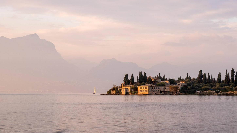 Der Gardasee, einer der oberitalienischen Seen, ist der größte See Italiens, benannt nach der Gemeinde Garda am Ostufer.