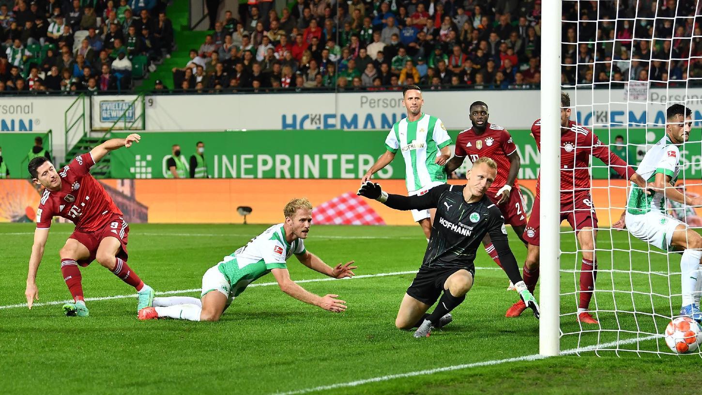 Und wieder ist der Ball im Fürther Tor - und wieder nach einer Standardsituation. Gegen den FC Bayern war Sebastian Griesbeck schneller als Robert Lewandowski, traf dabei aber ins eigene Tor.
