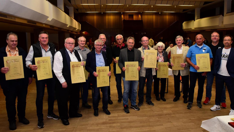 Zahlreiche neue Ehrenmitglieder hat die SpVgg Jahn Forchheim ernannt, es gab ja auch zwei Jahre lange keine Jahreshauptversammlung mehr. Ganz rechts Uwe Schüttinger, der sich als einziges Vorstandsmitglied im November wieder zur Wahl stellt.