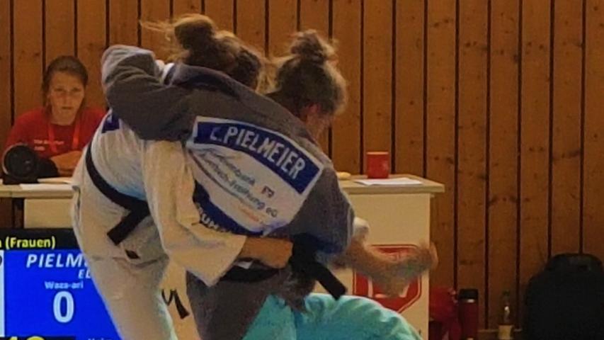 Schwungvoll: Die Neuhauserin Eliana Pielmeier setzt hier zu einem Angriff auf ihre Gegnerin an.