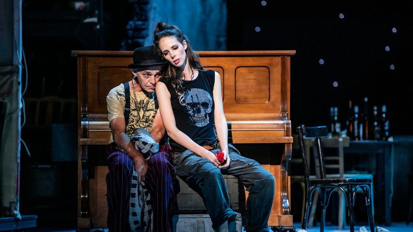 Erschöpft: Lilias Pastia (Anton Koelbl) und Carmen (Anna Dowsley).